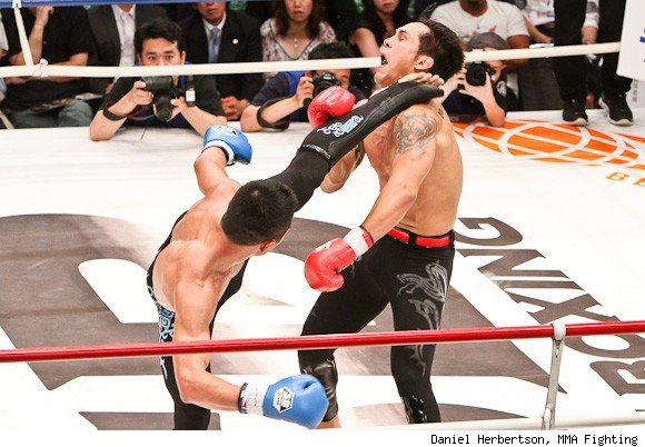 Shishido kicks Imada / (C) Dan Herbertson