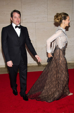 Matthew Broderick stands on Sarah Jessica Parker's dress