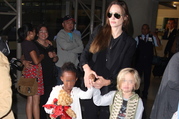 angelina-jolie-airport