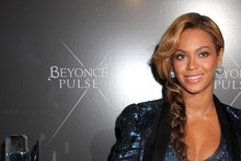 Beyonce dresses to match her perfume bottle at fragrance launch