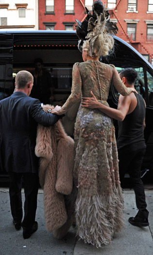 Lady Gaga dwarfs her assistants