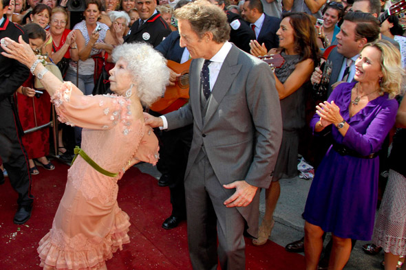 Duchess of Alba gets married, looks a lot more fun that Kate and Wills' wedding: