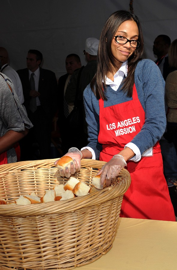 Kim Kardashian helps feed the homeless for Thanksgiving