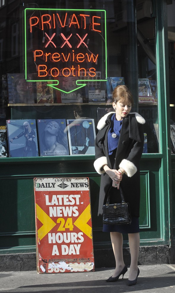 Spotted: Anna Friel hanging around outside a sex shop (for a movie, obv!)