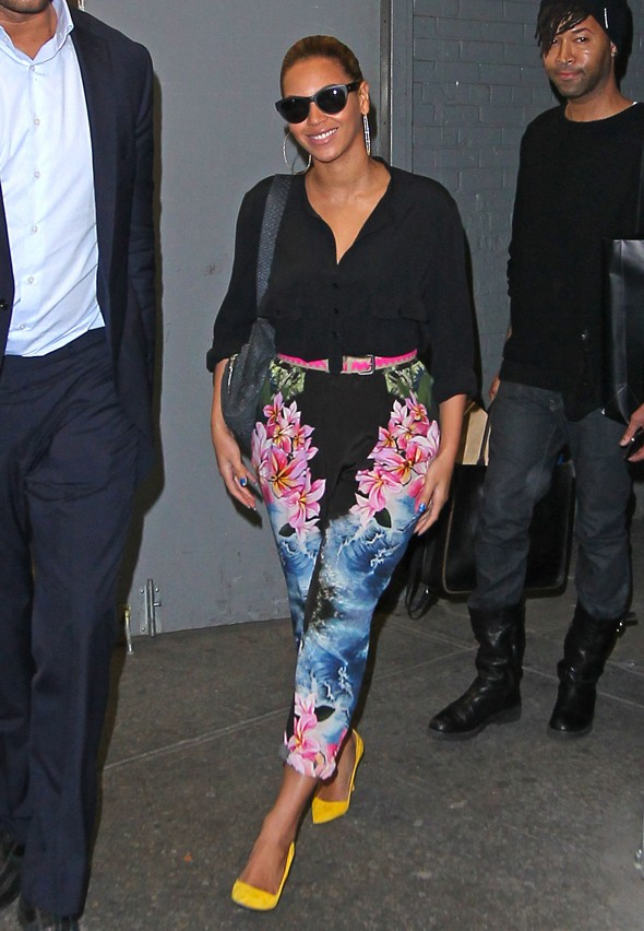 So this is how you do floral print... Beyonce looks radiant in tropical trousers
