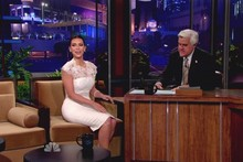 Kim Kardashian wows in white, shows off Liz Taylor bracelet on The Tonight Show