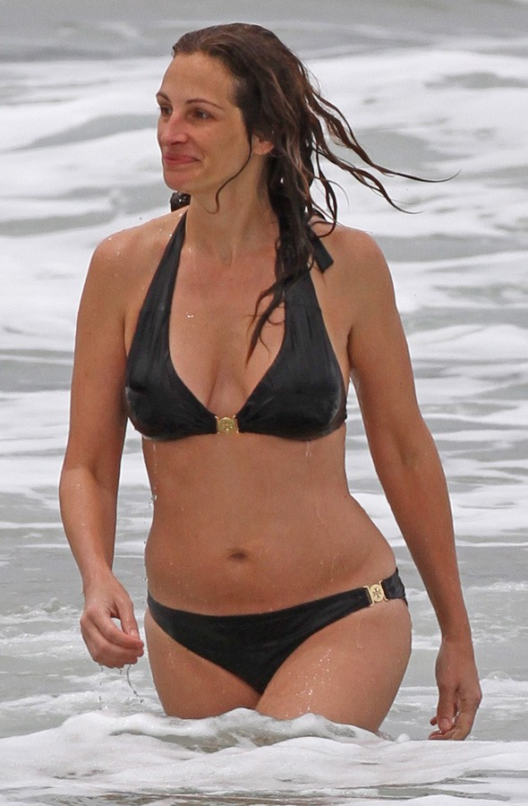 Julia Roberts on the beach in Hawaii in her bikini