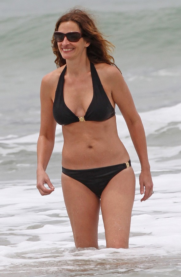 Julia Roberts in her bikini on the beach in Hawaii