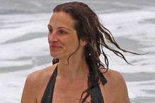 Julia Roberts shows off amazing bikini body on the beach in Hawaii
