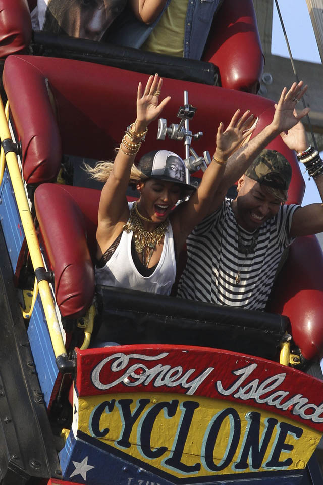 beyonce-knowles-on-rollercoaster