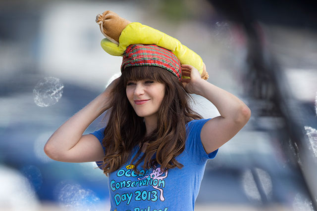 zooey deschanel films new girl with hot dog on her head
