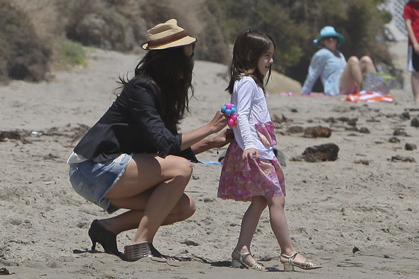 Suri wears heels on beach