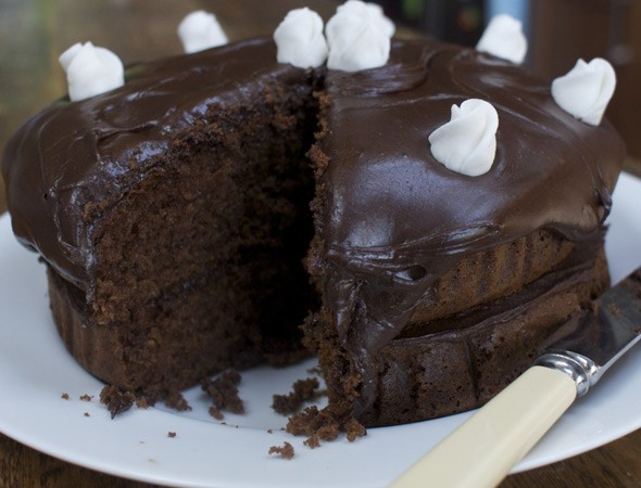 Easy peasy chocolate fudge cake for Simple chocolate fudge cake
