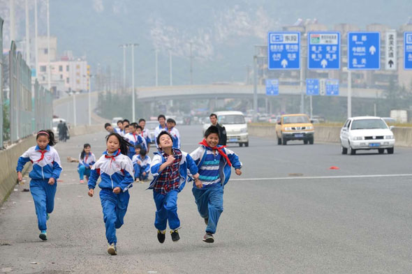 LIfe in the fast lane: Chinese kids use busy motorway for sports practise