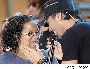 Enrique Iglesias and fan