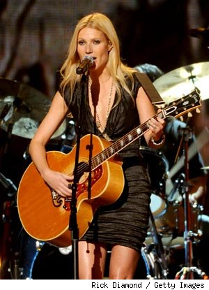 Gwyneth Paltrow Shows Singing Chops at CMA Awards