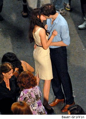 Photo: Robert Pattinson and Kristen Stewart Kiss