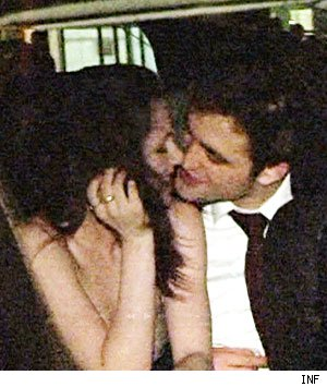 Kristen Stewart and Robert Pattinson Caught Kissing!