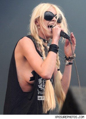 Taylor Momsen flash breast photos