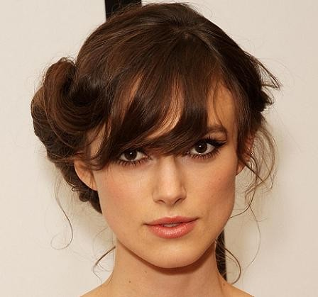 Appearing on 'Good Morning America' in 2004, Keira Knightley wears her dark