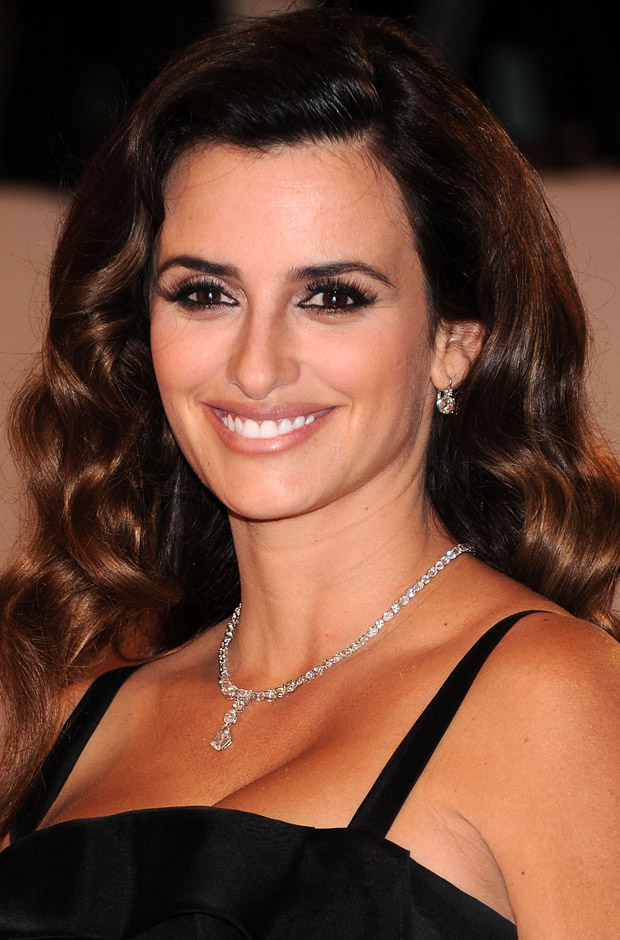 http://www.blogcdn.com/www.stylelist.com/media/2011/05/penelope-cruz-2011-met-gala620do050311.jpg