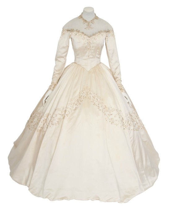 Elizabeth taylor 39 s first wedding dress to be auctioned off for Elizabeth taylor s wedding dresses
