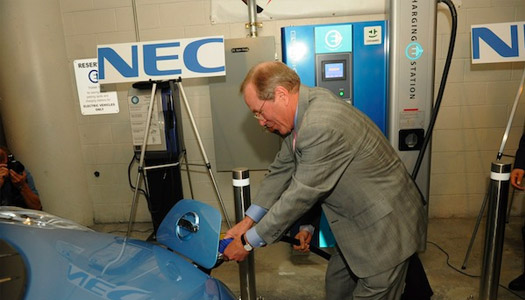 ted kulongoski charges nissan leaf with nec/pge charging station