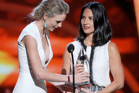Taylor Swift Olivia Munn People's Choice Awards