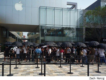 Queues outside the new AppleStore Beijing