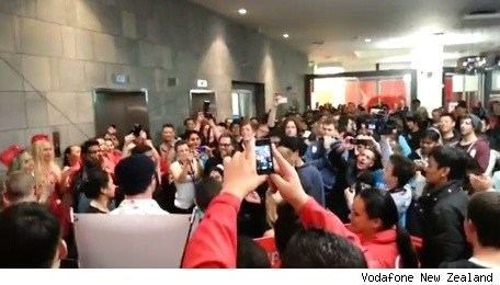 iPhone 5 international launch draws large crowds