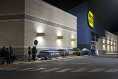 Best Buy shopping crowd lines up on Black Friday