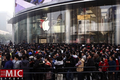 Thousands line up for Beijing's newest Apple Store