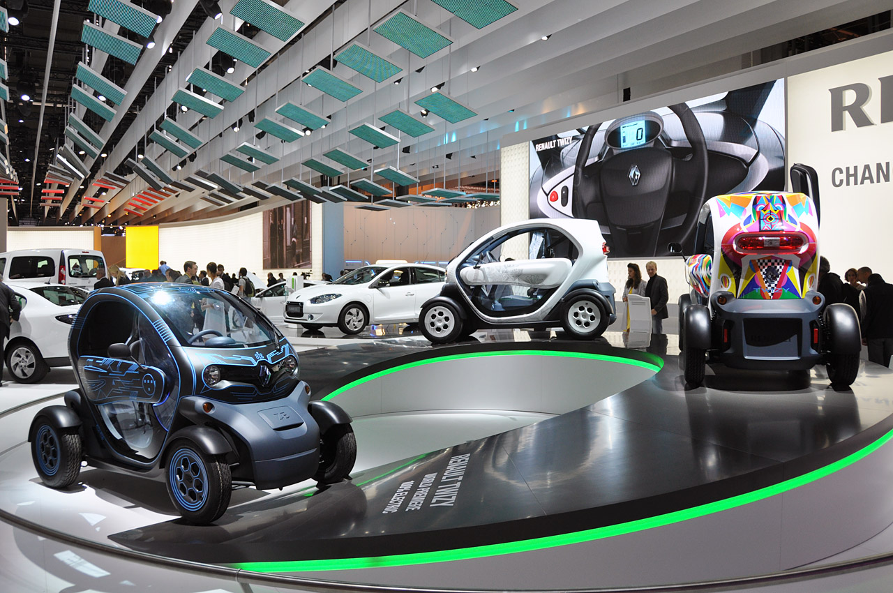 all electric renault twizy used for self drive audio tours autoblog. Black Bedroom Furniture Sets. Home Design Ideas