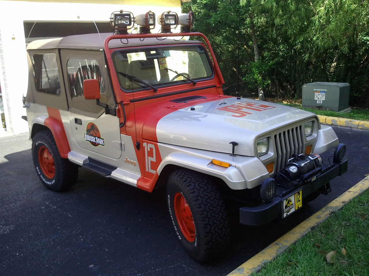 ebay find of the day jeep wrangler jurassic park edition autoblog. Black Bedroom Furniture Sets. Home Design Ideas