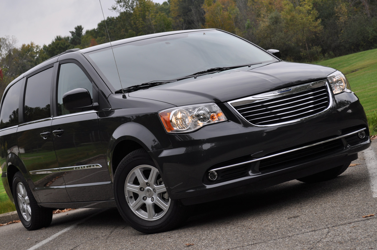 2011 chrysler town and country photo gallery autoblog. Black Bedroom Furniture Sets. Home Design Ideas