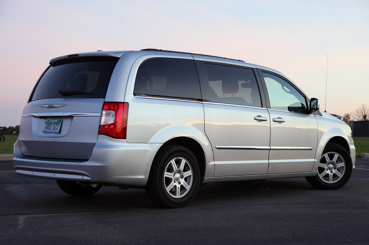 2011 chrysler town country touring review photo gallery autoblog. Black Bedroom Furniture Sets. Home Design Ideas