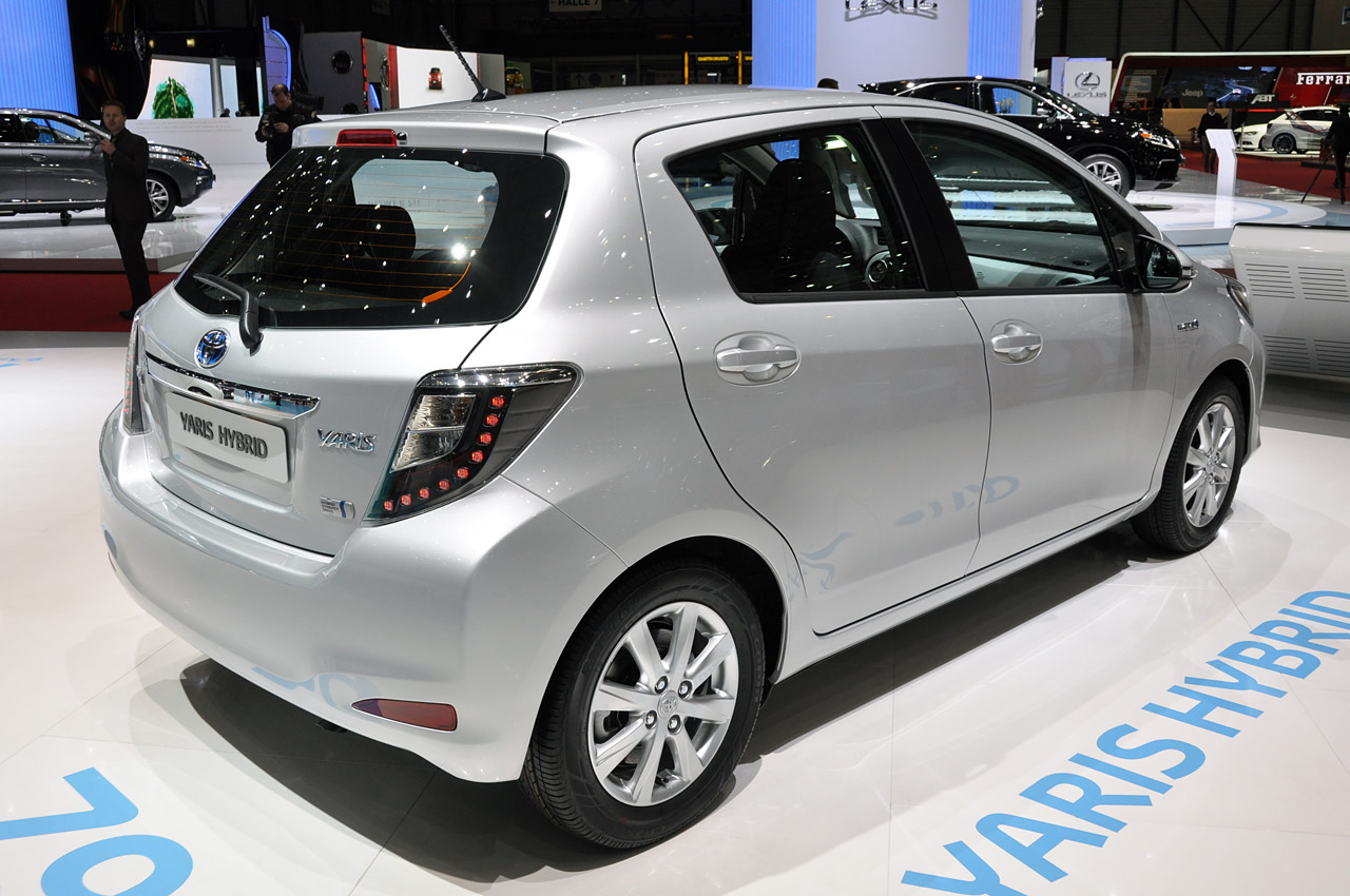 2012 toyota yaris hybrid plays big brother to the prius c autoblog. Black Bedroom Furniture Sets. Home Design Ideas