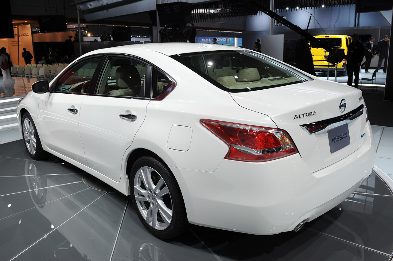 2013 nissan altima is ready for the midsize sedan showdown autoblog. Black Bedroom Furniture Sets. Home Design Ideas