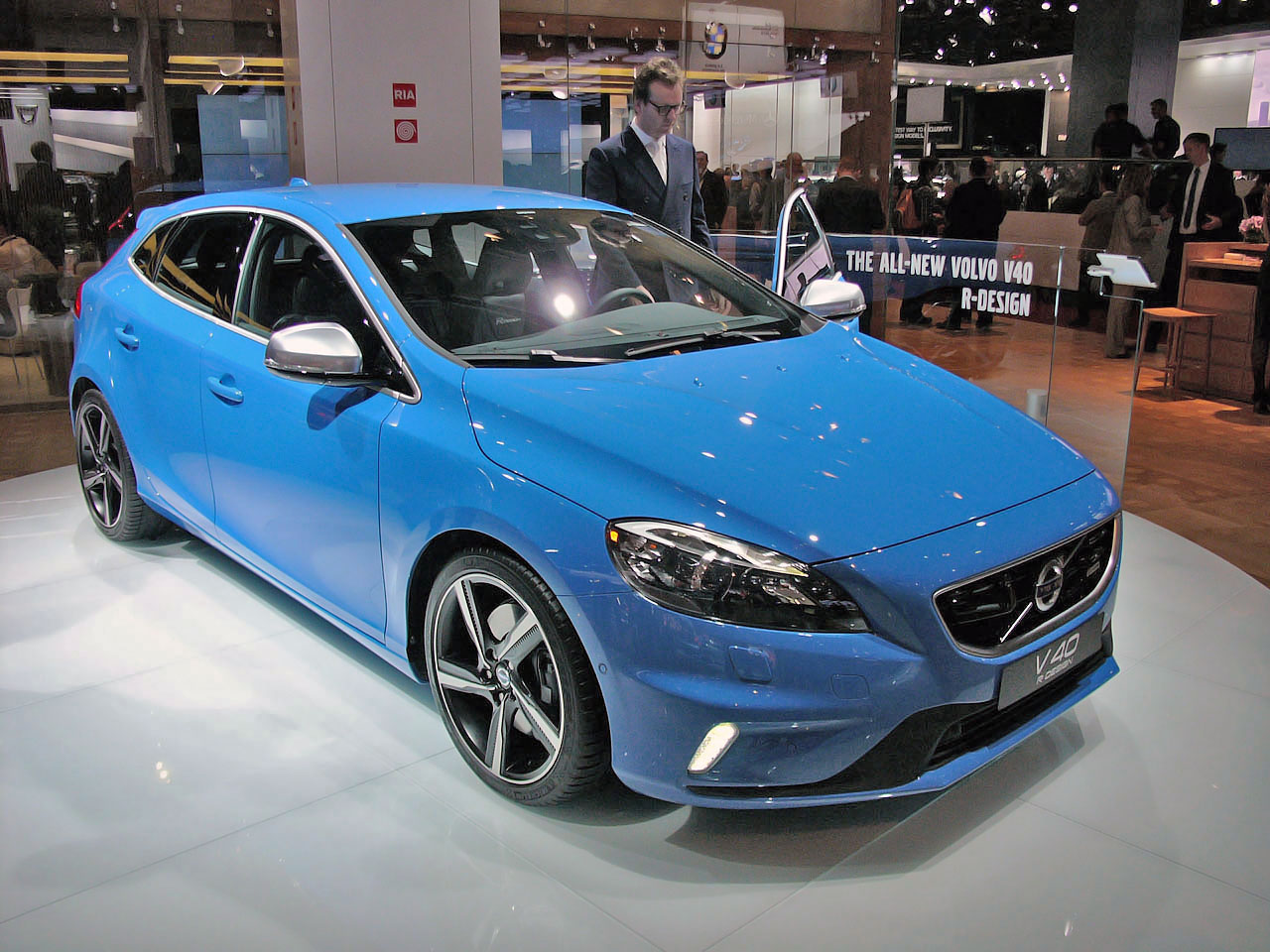 2013 volvo v40 r design leaves us feeling blue in paris autoblog. Black Bedroom Furniture Sets. Home Design Ideas