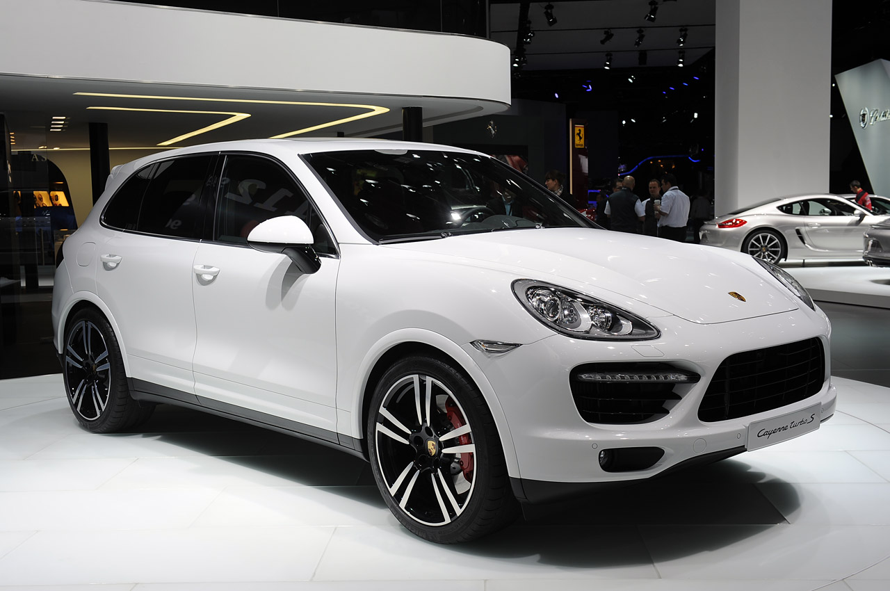 the 2014 porsche cayenne turbo s brings 50 extra ponies to detroit autoblog. Black Bedroom Furniture Sets. Home Design Ideas