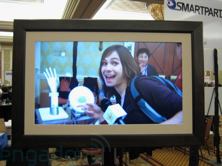 Hands-on with Smartparts\' 32-inch digital photo frame